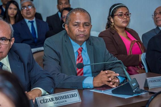 O vereador Cézar Bombeiro ficou quietinho durante a votação para não despertar a atenção dos integrantes da base de sustentação do Prefeito Edivaldo Holanda Júnior.